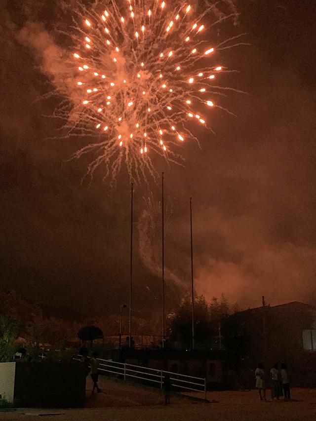 画像:打ち上げ花火は横から見る